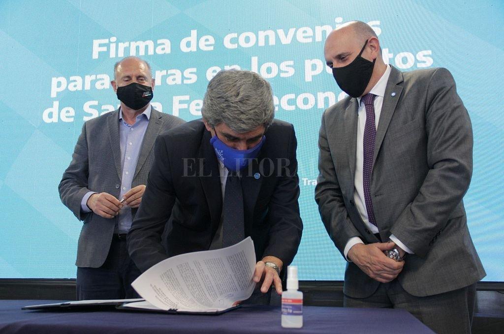 Carlos Arese, titular del Puerto de Santa Fe, firma el convenio para recibir los $ 200 millones desde Transporte de la Nación, que estaba contemplados en la ley de Presupuesto 2021. Crédito: Gentileza