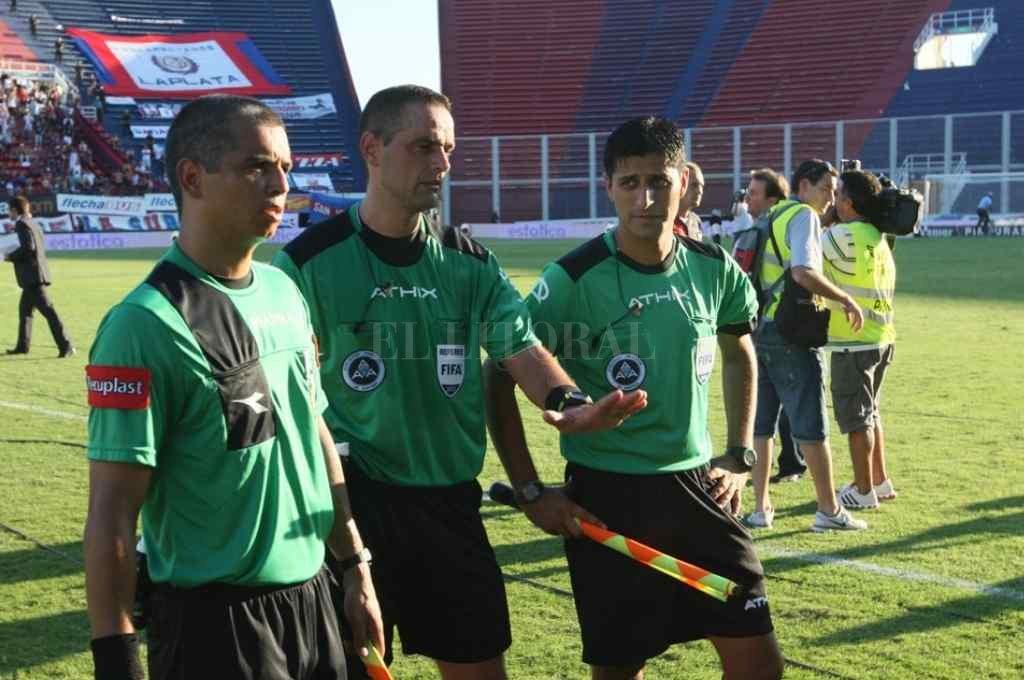 Torneo Clausura 2012. La foto de la terna arbitral que salió insultada de la cancha de San Lorenzo Crédito: Gentileza