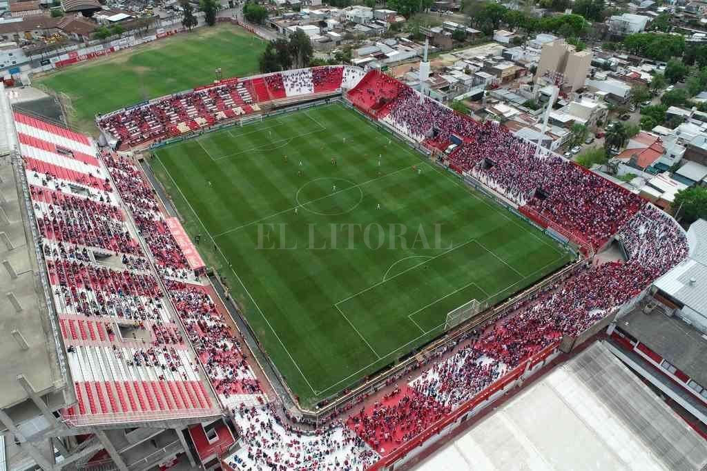 Una vista aérea en plena disputa del partido. El aforo fue respetado, no había más gente que la permitida. Crédito: Fernando Nicola