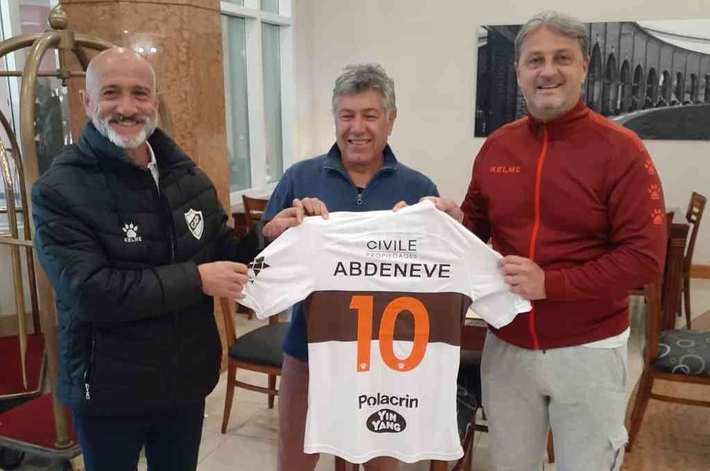 Un justo homenaje para Luis Abdeneve, que está acompañado por el presidente de Platense y por Juan Amador Sánchez, que también jugó en Unión. Crédito: Gentileza