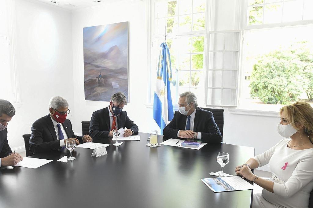 El jefe de Estado y la primera dama Fabiola Yañez, participaron de la firma del acuerdo. Crédito: Telam