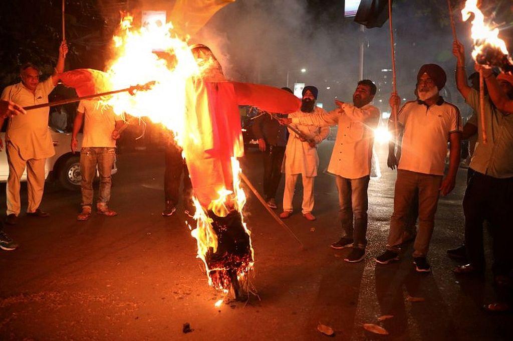 Los manifestantes queman una efigie de Yogi Adityanath, ministro principal del estado norteño de Uttar Pradesh, durante una protesta después de que murieran personas cuando un automóvil vinculado a un ministro federal atropelló a agricultores que protestaban Crédito: Reuters