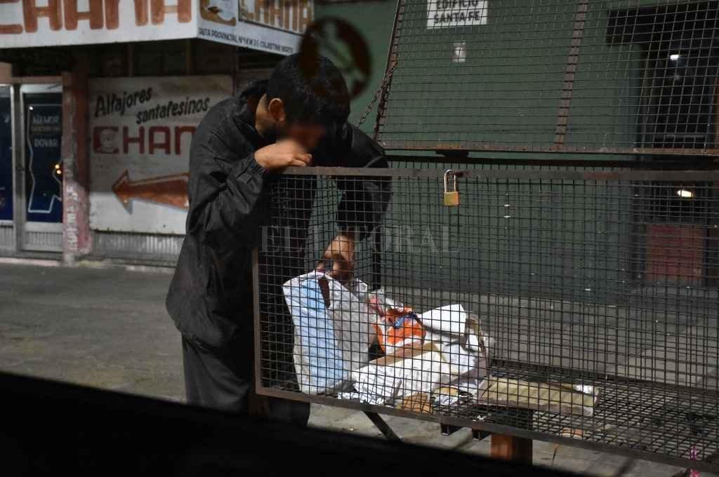 El hambre que más duele. Un joven revolviendo una bolsa de residuos en busca de comida.   Crédito: Manuel Fabatía