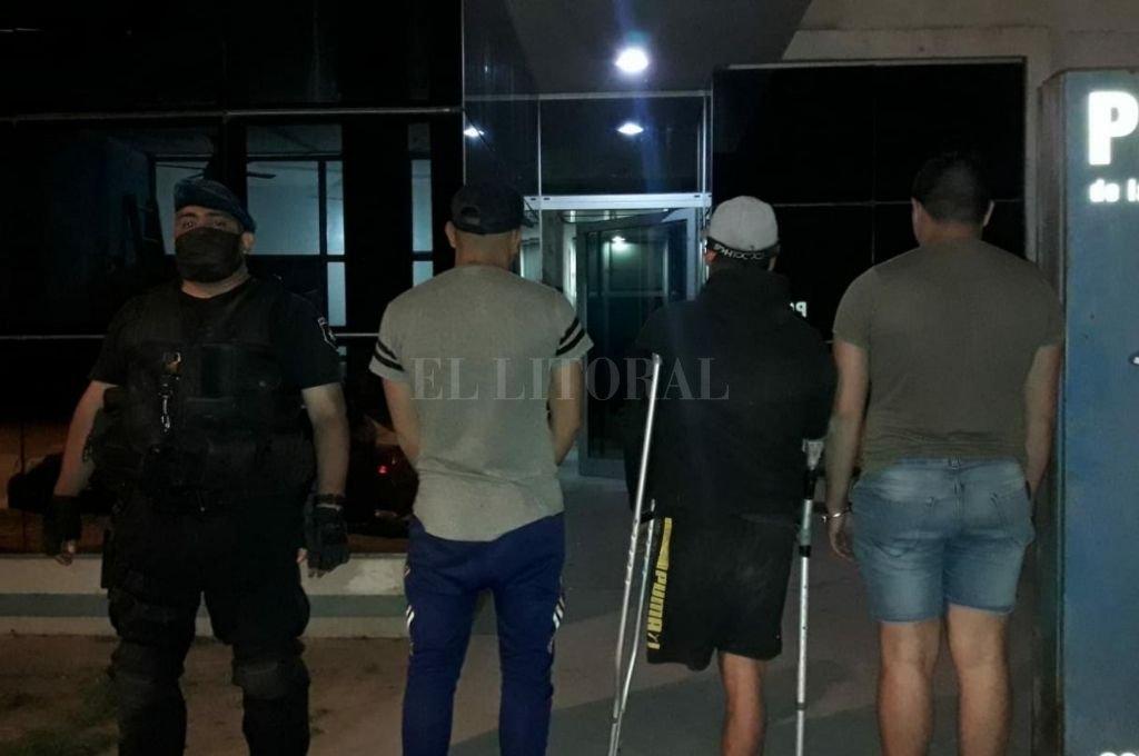 Los tres individuos que fueron trasladados a la sede policial junto con el material secuestrado. Crédito: El Litoral