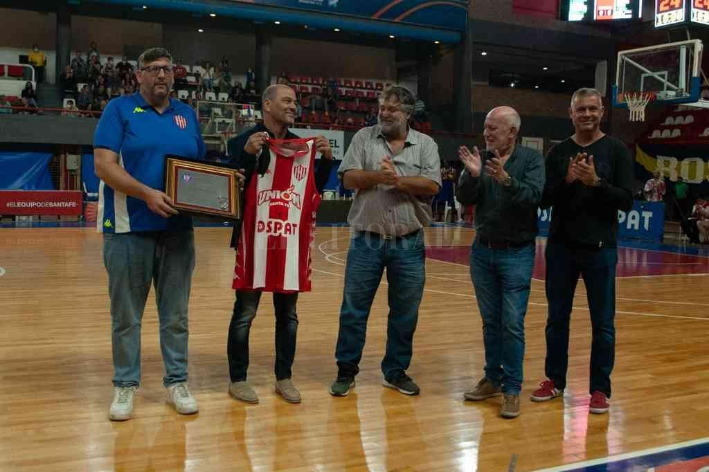 El Club Unión le regaló una camiseta con su nombre y una plaqueta. Crédito: Gentileza Prensa Club Unión