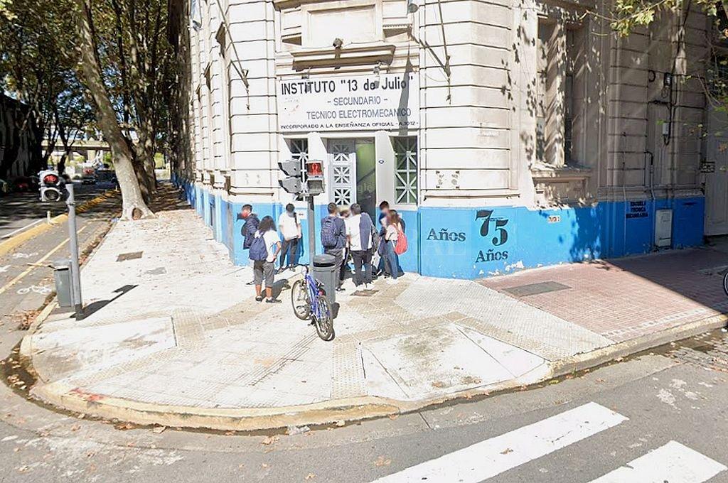 Escuela ubicada en Humberto 1° al 100 de San Telmo. Crédito: Captura digital - Google Maps Street View
