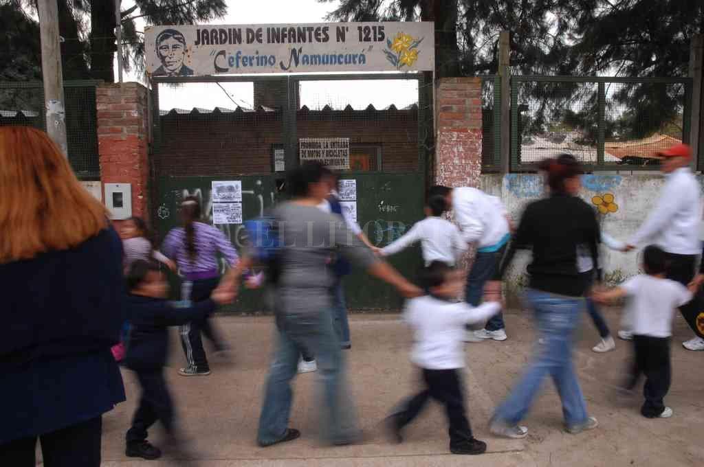 Durante la mañana de este jueves los padres autoconvocados realizaron un abrazo simbólico al establecimiento educativo donde exigieron el regreso a clases.  Crédito: Archivo El Litoral