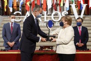 Felipe de Borbón entregó a Angela Merkel el Premio Europeo Carlos V