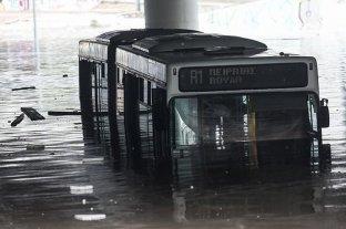 Atenas cierra escuelas y servicios públicos por fuertes inundaciones