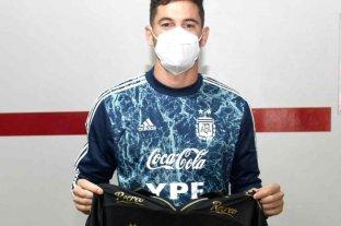 Lucas Alario recibió una camiseta de Colón campeón