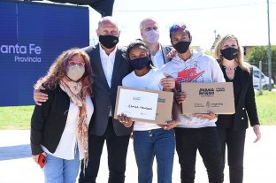 Perczyk, en Santa Fe: entrega de netbooks a estudiantes y aportes para cooperadoras