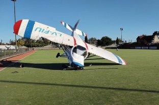 Video: una avioneta aterrizó de emergencia en una cancha de hockey