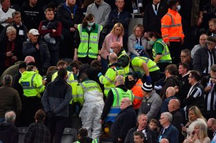Un partido en la Premier League se vio detenido para atender a un hincha en la tribuna