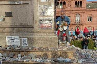 Repudio en redes a militantes que arrancaron carteles y pisaron las piedras del memorial a las víctimas del Covid-19