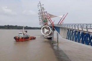"""Video: el buque brasileño """"Cisne Branco"""" perdió el control y chocó contra un puente peatonal"""