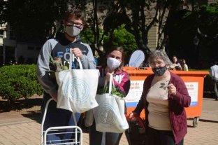 Más de 300 vecinos canjearon sus residuos reciclables en la plaza 25 de Mayo