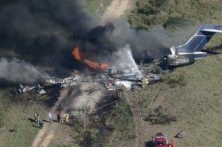 Se estrelló e incendió un avión en Texas con 21 pasajeros: todos sobrevivieron