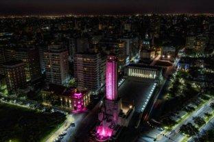 Iluminaron de rosa el Monumento a la Bandera por el mes de lucha contra el cáncer de mama