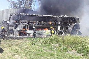 Ardieron dos colectivos en la zona rural de Josefina
