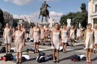 Italia: ex trabajadoras de la aerolínea Alitalia protestaron en ropa interior contra los despidos