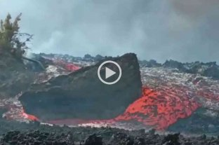 Video: un enorme bloque de piedra a la deriva en medio de un río de lava en La Palma