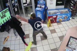"""Video: un exmarine frustró """"con una sola mano"""" un asalto en Estados Unidos y retuvo al ladrón"""