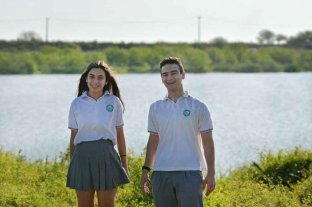 Olímpicos: estudiantes de la Dante ganaron con un trabajo sobre la inundación de 2003   - Otra postal. Tiziana Dodorico y Mateo Rubio a la altura del Hipódromo por donde, hace más de 18 años, ingresó el agua del río Salado.