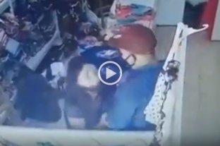 Video: atacó a una embarazada para robarle en un comercio de Villa Gobernador Gálvez