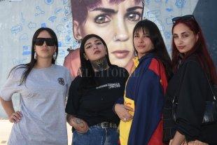 El momento de las pibas - De visita en El Litoral: Anto Rege, D.A.M.A. (se sumó para la sesión), Bastet y Mila, frente al mural de Cobre (ausente con aviso Ana Milagros, la quinta pata de Da Girls).