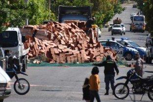 Espectacular vuelco sin heridos en Neuquén: miles de ladrillos huecos interrumpieron el tránsito