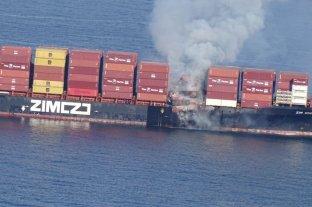 En Canadá se incendió un buque que transporta químicos y está despidiendo gas tóxico