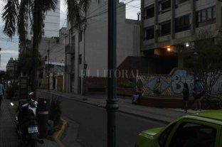 Vecinos pidieron al municipio de Santa Fe que se acondicione el Paseo San Martín Sur   - Una farola inclinada, a punto de caerse. Y vehículos estacionados en la vereda o en el cordón amarillo, situaciones que también fueron plasmadas al gobierno local.