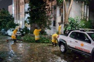 El huracán Rick tocó tierra en el suroeste de México  - Protección Civil y Bomberos de Acapulco realiza trabajos por las afectaciones tras el paso del huracán Rick.