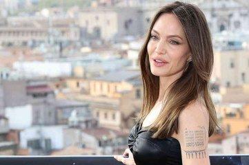 Angelina Jolie borró de su brazo el tatuaje de Brad Pitt