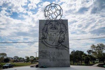 """""""El más grande al más grande"""": Monumento a Maradona"""