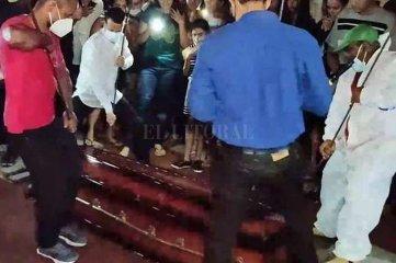 Una multitud esperó en vano tres días por la resurrección de un pastor evangelista
