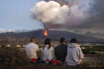 La erupción del volcán Cumbre Vieja en La Palma no cesa y aumenta la altura de las coladas