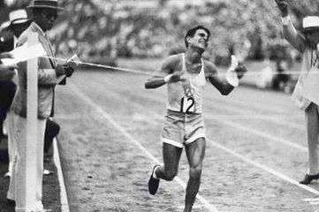 """A 90 años del debut del """"Ñandú Criollo"""" con triunfo en el """"Maratón de la Paz"""" - Juan Carlos Zabala está por cruzar la meta y lograr el oro en maratón, en los Juegos Olímpicos de Los Angeles 1932."""