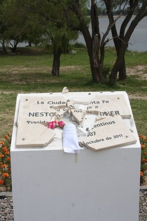 La placa destruida y las flores con un mensaje que le dedicaron hoy. <strong>Foto:</strong> Amancio Alem