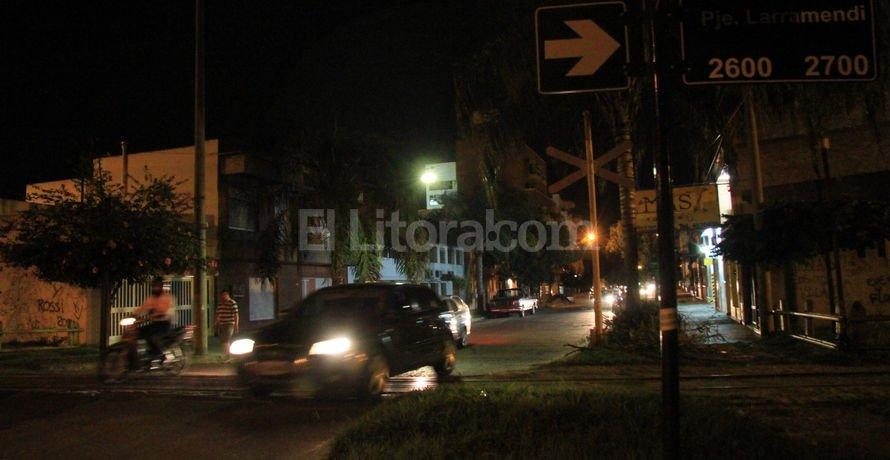 Poca visibilidad. De noche, el cruce de San Martín y Pasaje Larramendi es poco visible, dada la oscuridad de la calle. Como en todos los pasos a nivel, es obligación parar y mirar. Mauricio Garín.