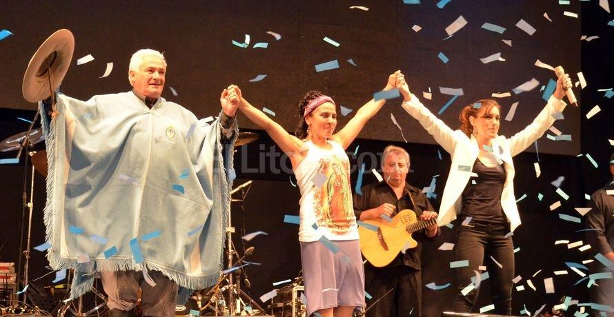 Largas e intensas ovaciones para los artistas de la Delegación de Santa Fe en el escenario mayor coscoíno, entre ellos Orlando Vera Cruz, Natalia Simoncini y Soledad Pastorutti. <strong>Foto:</strong> Télam