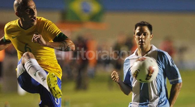 Argentina jugó a aguantar y se traía lo que buscó. Pero Desábato cometió una clara mano en el área en el segundo minuto adicionado y Neymar lo cambió por gol. Télam