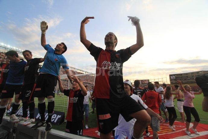 Los jugadores sabaleros festejan el triunfo con su hinchada. Pablo Aguirre.