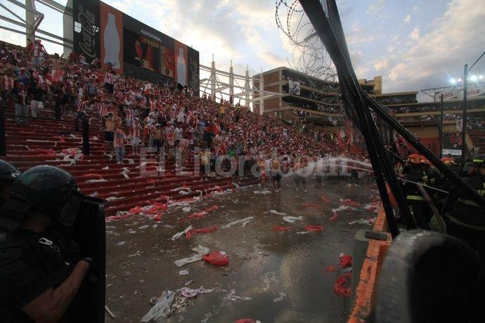 El segundo gol sabalero despert� la bronca de un nutrido grupo de hinchas tatengues. Pablo Aguirre.