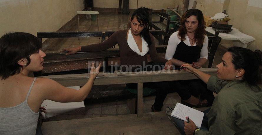 La abogada Martina Guirado (de espalda, izq.) patrocina al grupo de seis travestis de Coronda interesadas en el cambio de identidad. Guillermo Di Salvatore