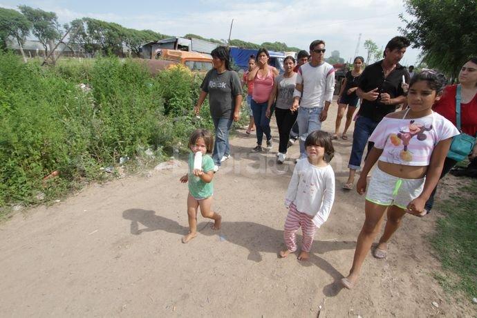 Ahora el asentamiento se corrió unos 100 metros y se sumaron 50 familias a las 20 que ayer decidieron tomar estas tierras. Guillermo Di Salvatore