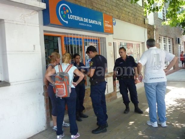 La balacera llam� la atenci�n de los vecinos que salieron a ver que hab�a pasado y se encontraron con el delincuente tirado en la calle. Danilo Chiapello