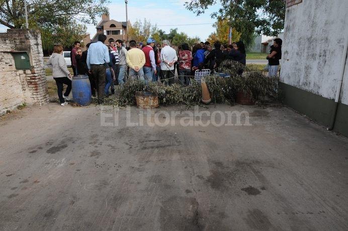 Piquete. Con tachos y ramas, un grupo de vecinos tapó la entrada a la parada de la línea Recreo desde la madrugada de este lunes. Flavio Raina