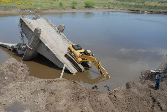 Impresionante. Con un paciente trabajo que incluyeron lingas para mover cuidadosamente lo que quedó del viejo puente que se demolió se acercó la retroexcavadora al terraplén de aproximación. Luis Cetraro